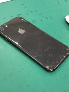 iPhone8背面割れ
