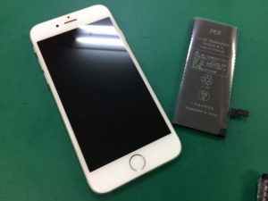 iPhoneとバッテリーの写真