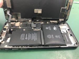 バッテリーの劣化により膨らんできてしまっている状態
